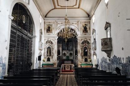 Interior da Igreja. Portão à esquerda dá acesso a Capela Dourada.