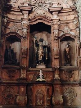 A maioria das imagens do altar representam santos negros.